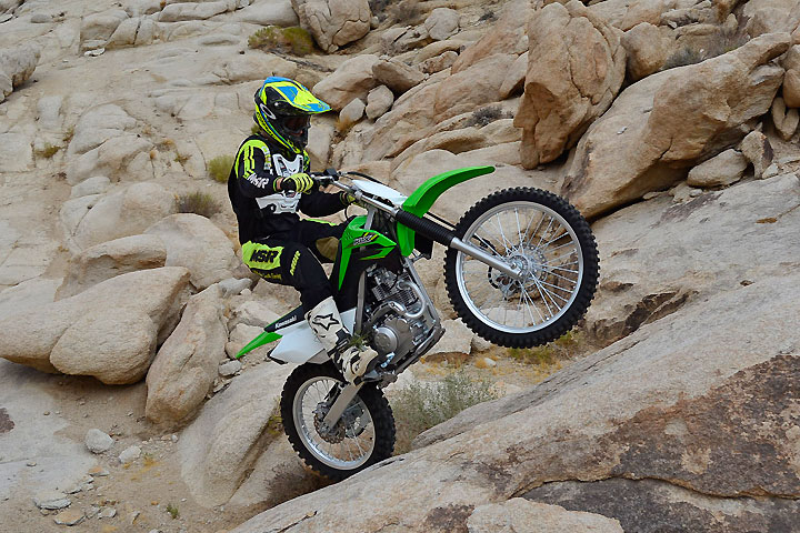 It may be small, but the KLX140G delivers seamless power from its little engine along with a well-spaced transmission and a light and linear clutch, making it a virtual goat on steep ascents.