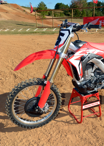 Kiss your high-pressure air pump goodbye! The 2017 CRF450R boasts a 49mm Showa coilspring fork with specs that are identical to the Showa factory A-kit forks.