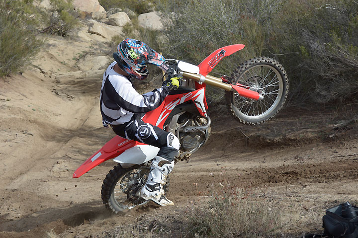Using all the same engineering that went into the 2017 Honda CRF450R, the 2017 Honda CRF450RX takes Big Red's moto madness into the closed-course competition arena.